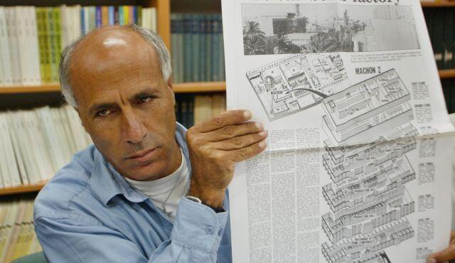 Vanunu montre la copie de l'article du Sunday Times qui l'a conduit en prison -Photo by AP