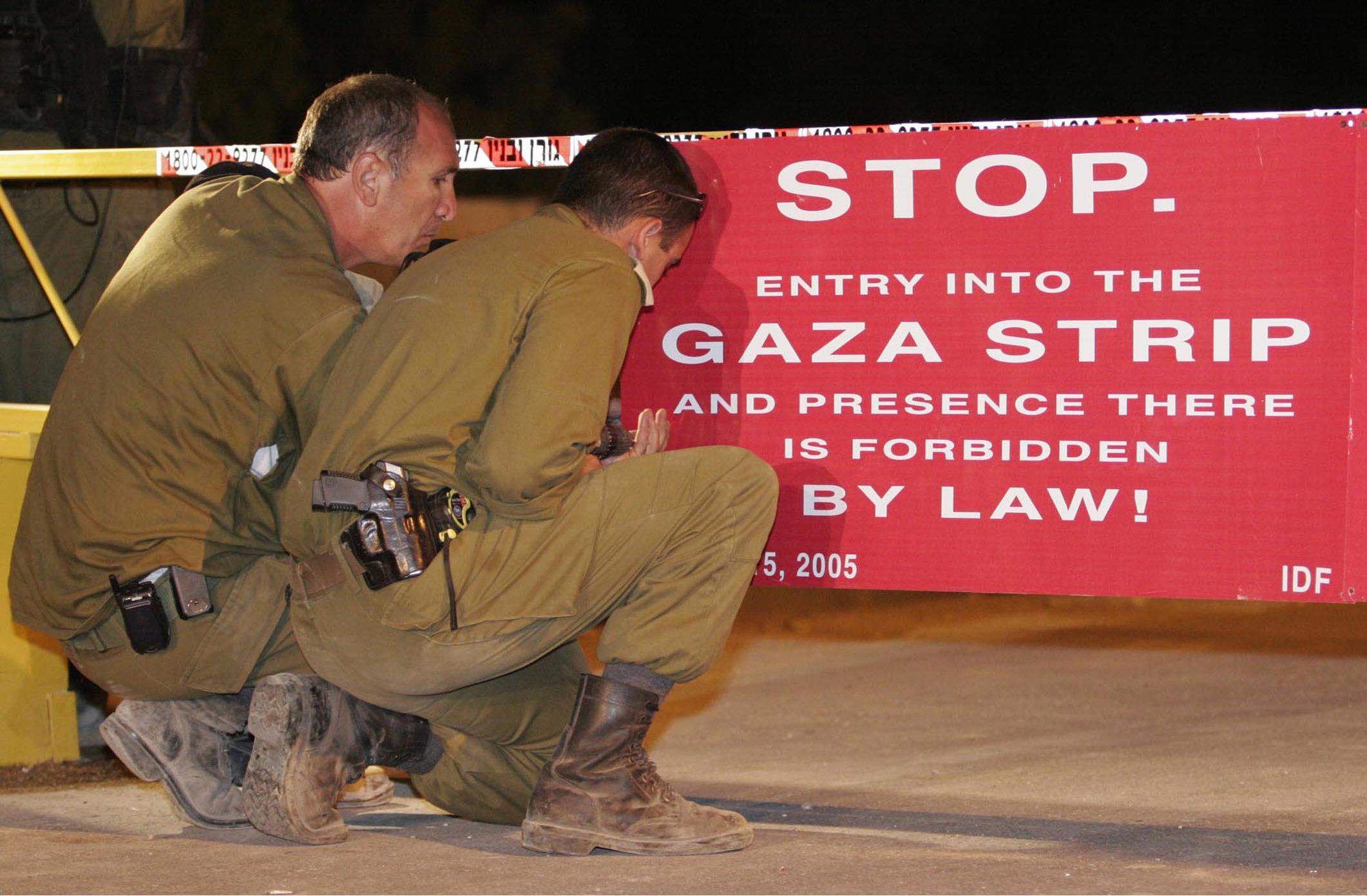 """15/08/2005 סגירת כוחות צה""""ל ומשטרת ישראל את מחסום כיסופים הלילה לכניסת אזרחים, על פי צו ראש הממשלה ושר הביטחון, מכוח סעיף 22א בחוק """"יישום תכנית ההנתקות תשס""""ה 2005"""". צילום: דובר צה""""ל photo by : IDF Spokesperson"""