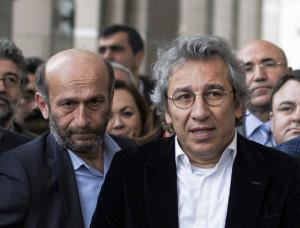 Can Dündar, le rédacteur en chef de Cumhuriyet, et Erdem Gül,