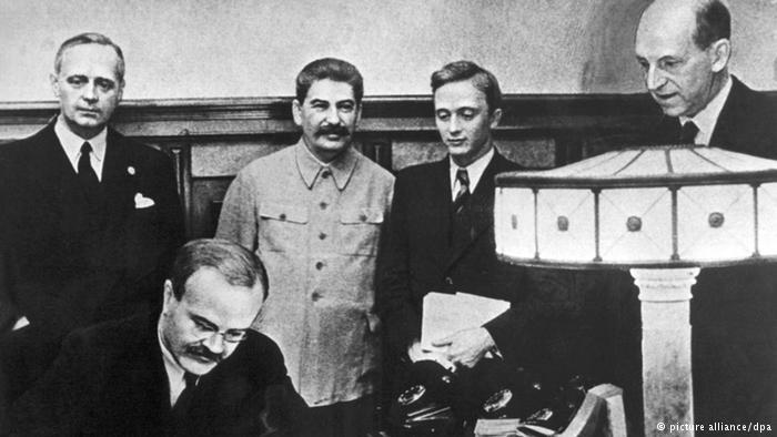 Signature du pacte Molotov-Ribbentrop de non-agression en août 1939