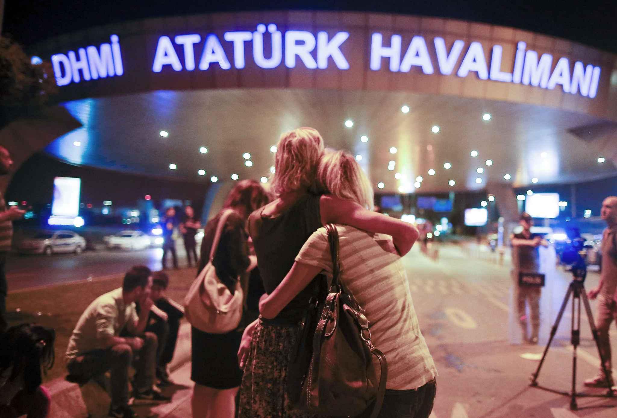turquie devant-l-aeroport-d-istanbul-frappe-par-un-triple-attentat-le-29-juin-2016