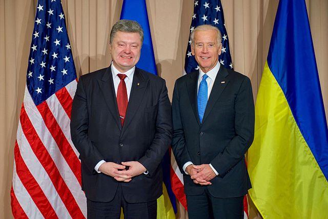 «Et le fils de pute…il a été saqué»: Joe Biden se vante d'avoir forcé l'Ukraine à destituer un de ses hauts fonctionnaires pour de l'argent dans - ECLAIRAGE - REFLEXION Poroshenko_Before_Their_Bilateral_Meeting_in_Davos_24480991176